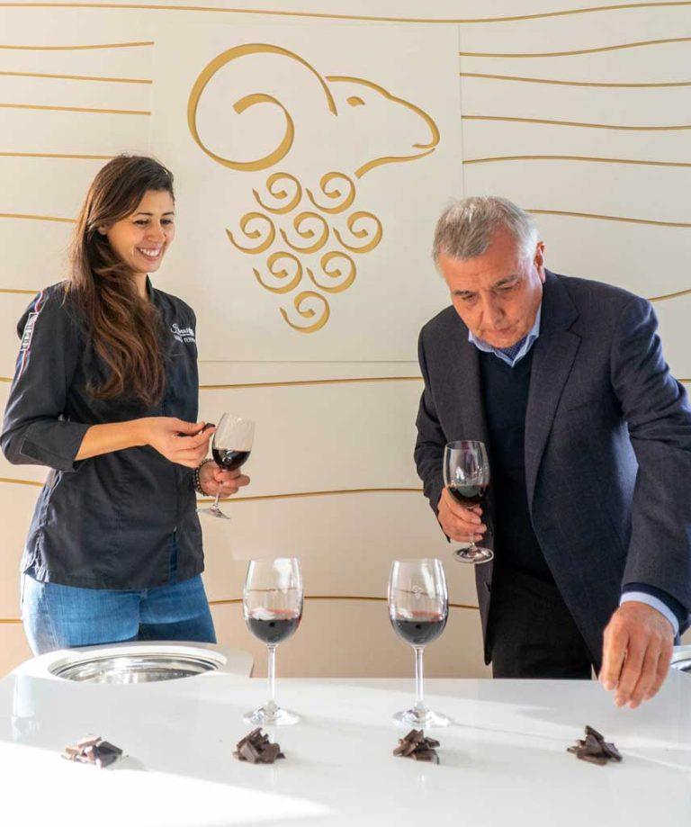 Hasnaâ et un représentant des vins Mouton Cadet pour une dégustation