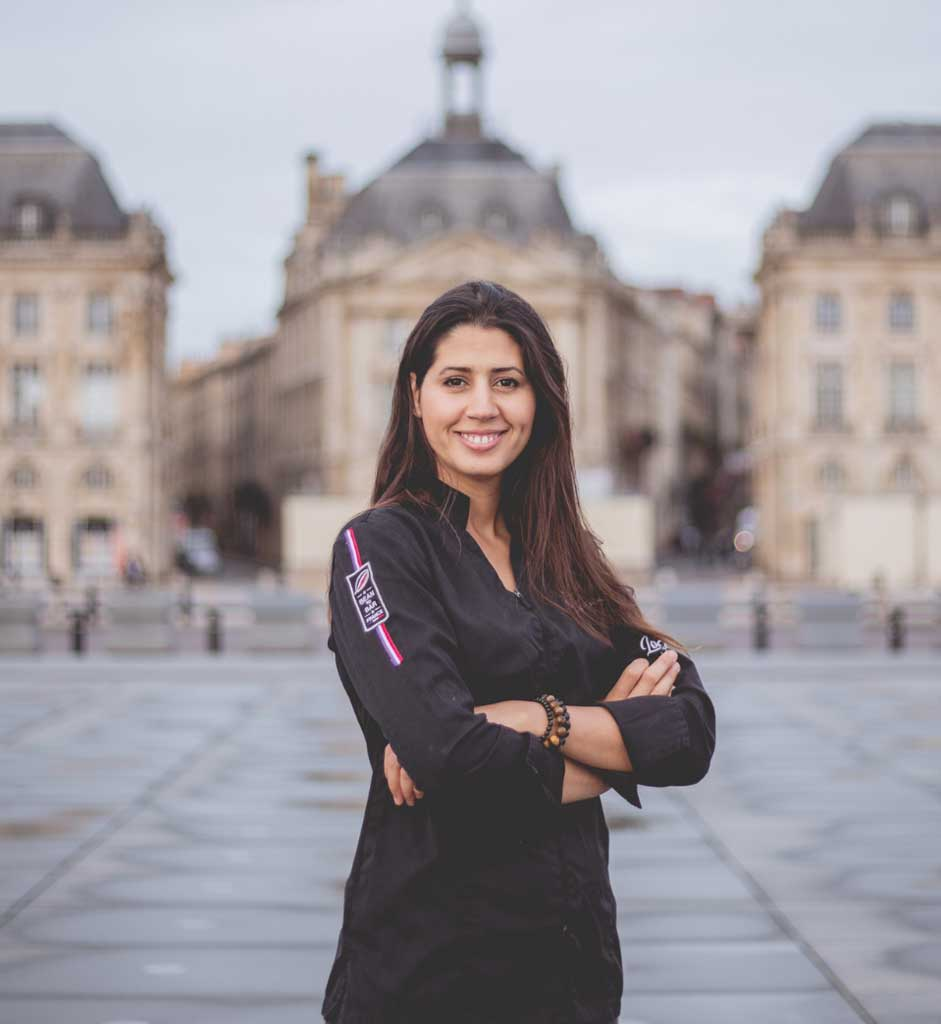 Portrait de Hasnaâ Ferreira sur une place bordelaise